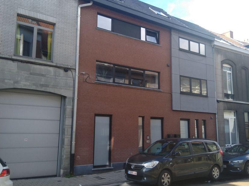 Aangename nieuwbouw gezinswoning met ruime fietsenberging, polyvalente ruimte op GLV, tuintje en terras. Vlakbij Gent centrum, R4, E17, E40 en station