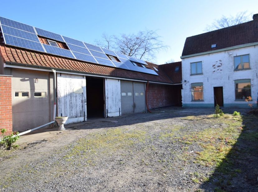 Deze te renoveren woning met ruime garage op zeer centrale ligging omvat op het gelijkvloers een ruime werkplaats/garage, op de eerste verdieping een