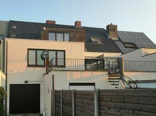 Te koop  Mooi totaal vernieuwd en grondig geïsoleerd dakappartement van 90 m². in gebouw van maar drie appartementen.<br /> Tweede verdiep, Living met