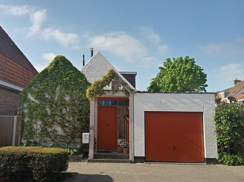 Deze ALLEENSTAANDE woning/INVESTERINGSPAND is zeer rustig gelegen in een eenrichtingsstraat in centrum-Sint-Kruis. Winkels en scholen vlakbij, bakker
