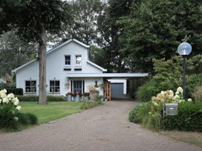 Charmante opgefriste villa in prachtige buurt van Achel. Op de Rozenlaan ter hoogte van nummer 25 kan je deze charmante, karaktervolle en verassend ru