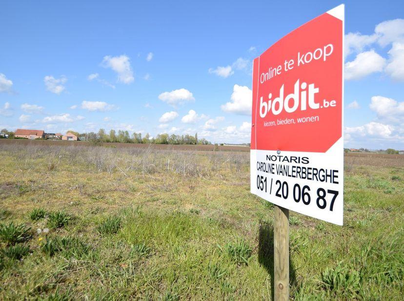 Een perceel landbouwgrond te Hooglede, nabij de Kerkebrugstraat met een oppervlakte van 58a 20ca.