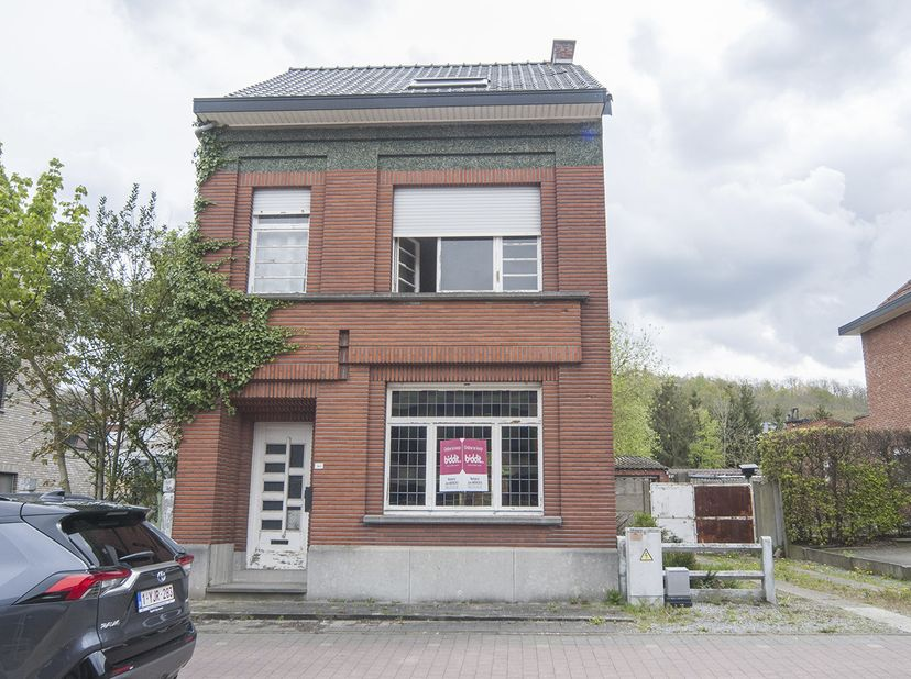 Gunstig gelegen te renoveren woning, nabij centrale toegangswegen naar Leuven en dicht bij oprit autostrade E314. Indeling: deels onderkelderd, gelijk