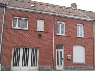 Rijwoning in centrum Geluwe,<br /> Bestaat uit:<br /> * gelijkvloers: inkom, grote woonkamer, keuken, sanitaire ruimte met bad en WC, wasplaats, hobby