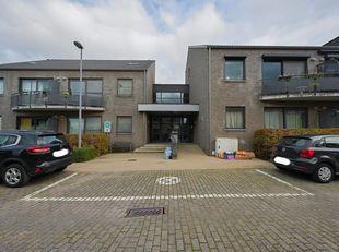 RESIDENTIEFLAT MET KELDER EN GARAGE<br /> Residentenflat gelegen op de 1e verdieping, omvattende: voordeur, hal, badkamer, woonruimte met balkon en ke