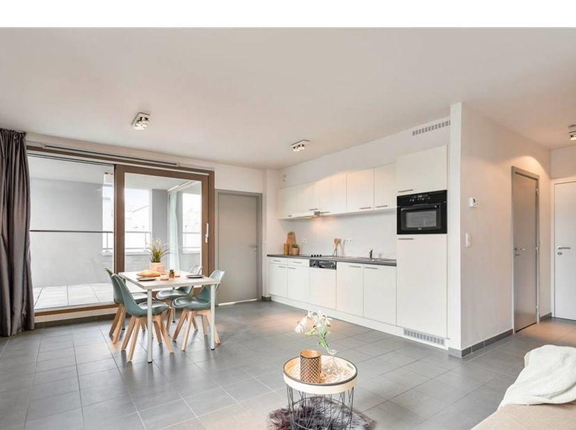 Dit appartement is de perfecte combinatie tussen rustig en comfortabel wonen met een ruimtelijk gevoel op een centrale locatie, vlakbij de Sint-Denijs