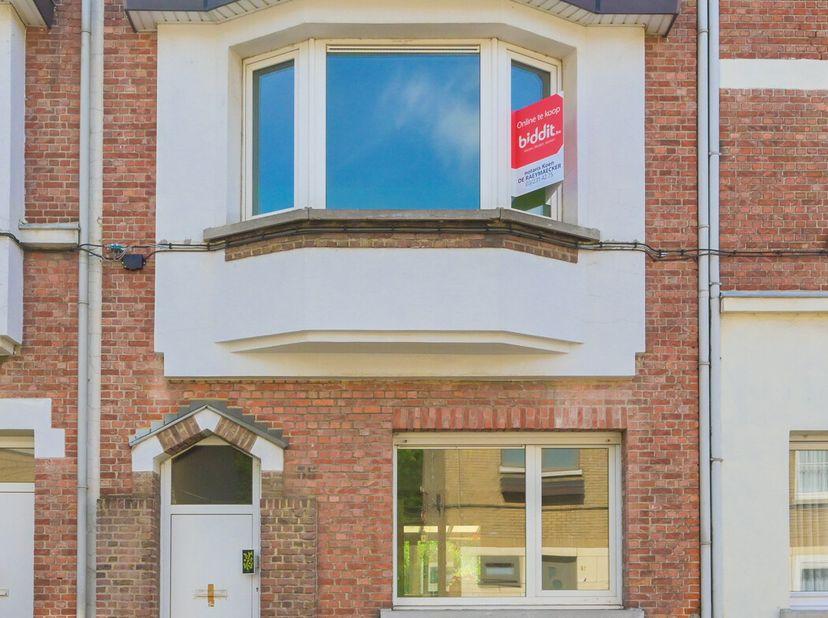 EPC 575 kWh/m², KI 366 EUR, oppervlakte 110,21 m². <br /> Kelder; gelijkvloers: hal, living, keuken, wc, terras, tuin; 1e verdieping: badkamer, 2 slaa