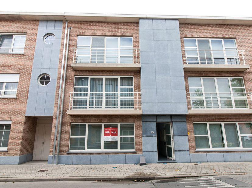 Een appartement gelegen op het gelijkvloers, omvattende:  <br /> inkomhal, afzonderlijke wc, living met open keuken, nachthall, badkamer, wasplaats en