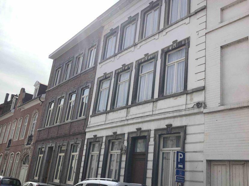 Deze prachtige herenwoning van voor 1850 ligt in een rustige straat in het centrum van de stad.<br /> Het eigendom heeft een grondopp. van 209 m2 en e