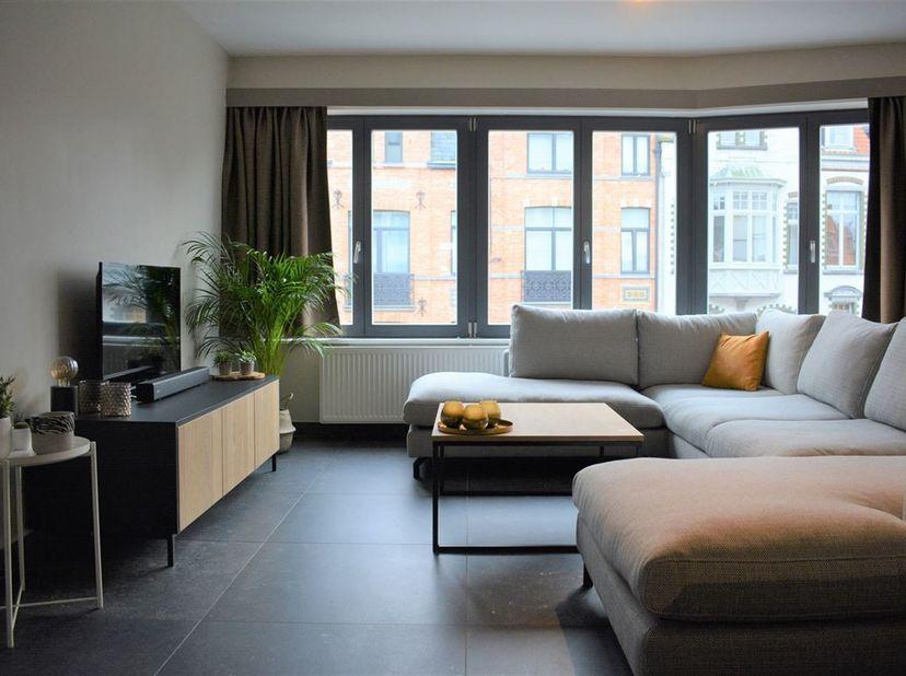 Schitterend volledig gerenoveerd 2- slaapkamerappartement.<br /> Dit appartement en het volledige gebouw werd zeer grondig gerenoveerd en bestaat uit