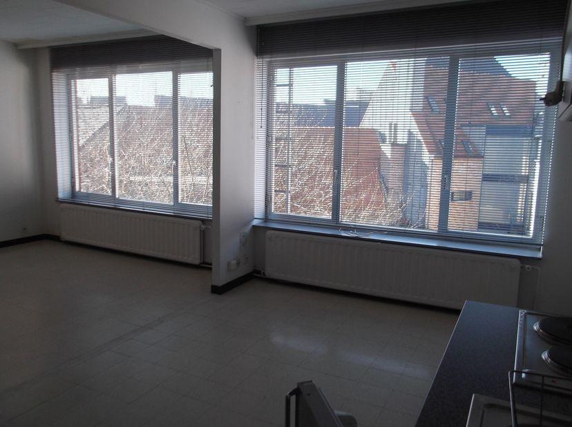 Flat spacieux, idéalement situés au centre ville. Comprenant : 2 espaces ouverts lumineux avec cuisine équipée, salle de douche et toilette.<br /> 450