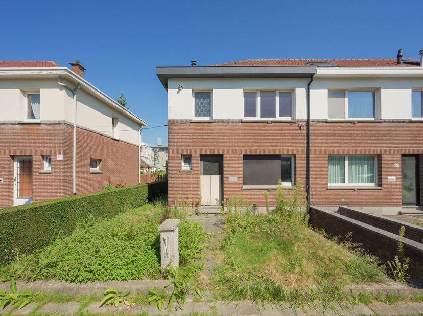 EPC 489 kWh/m², KI 528 EUR, oppervlakte 256,19 m². Kelder; gelijkvloers: wc, hal, living, keuken, terras, tuin; verdieping: 3 slaapkamers, badkamer; z