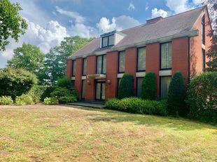 Zeer ruime en uitzonderlijke villa gelegen op  amper 5 min van centrum Hasselt met mogelijkheid voor vrij beroep .<br /> <br /> Indeling :<br /> gelij