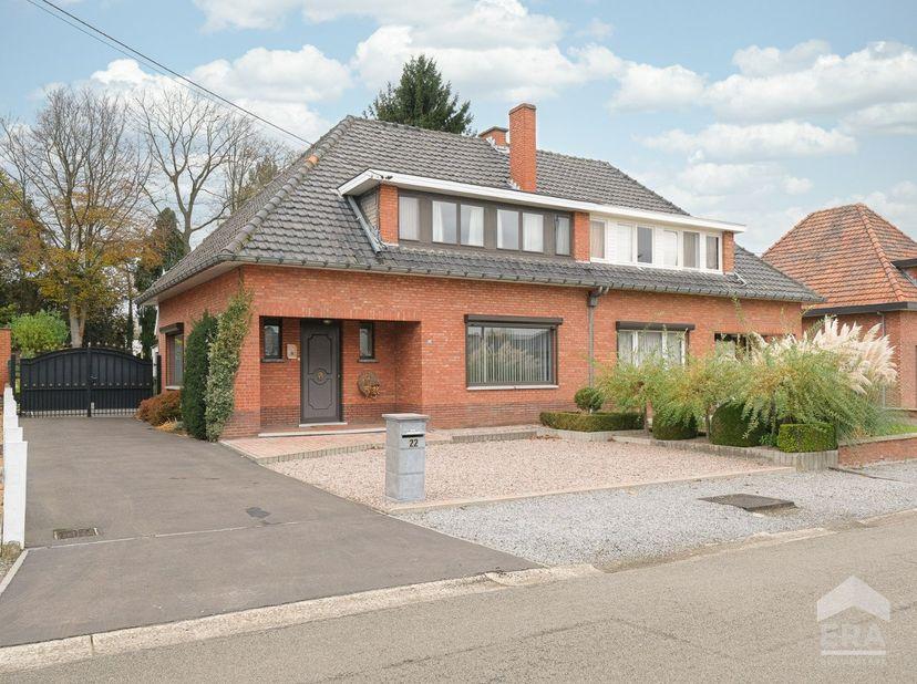 Goed onderhouden gezinswoning met 3 slaapkamers en mooie tuin, centraal gelegen in Spalbeek (Hasselt).Deze te moderniseren woning is gelegen op een pe