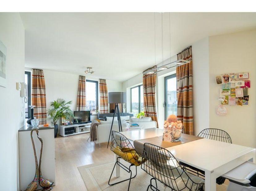 Recent en lichtrijk appartement met 2 slaapkamers en een terras met zicht nabij het station van Leuven!<br /> <br /> Bestaande uit een inkomhal met ee