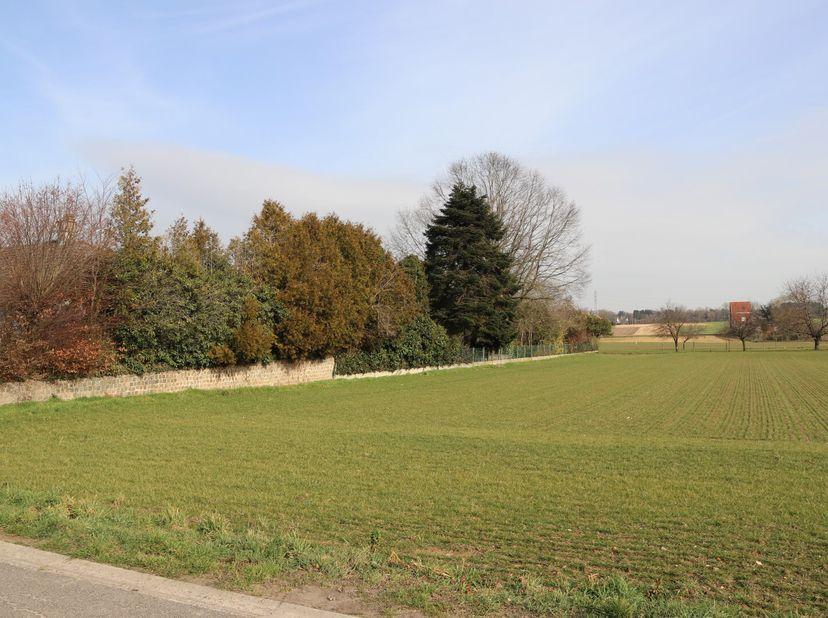 Rustig en prachtig gelegen perceel bouwgrond, gelegen deels in woongebied met landelijk karakter en deels in landschappelijk waardevol agrarisch gebie