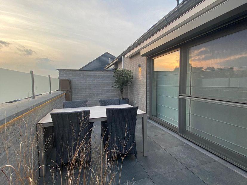 Dit modern en zeer ruim duplex-appartement van 2012 heeft 3 slaapkamers en een zeer groot zonneterras. Het ligt zeer centraal in Houthalen-Oost, dicht