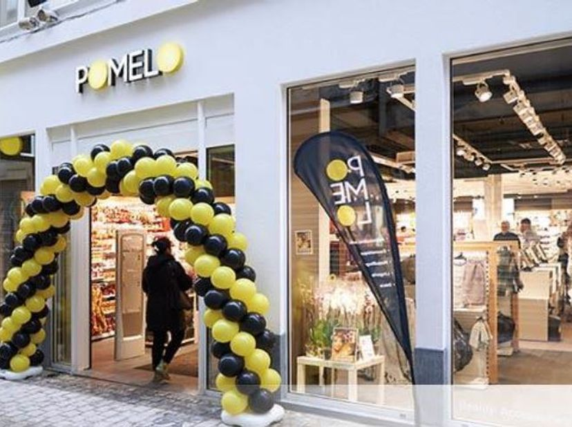Commercieel gebouw te  huur, gelegen in het centrum van Luik. <br /> De indeling is als volgt: <br /> -Commercieel gelijkvloers 240 m² <br /> -Ee
