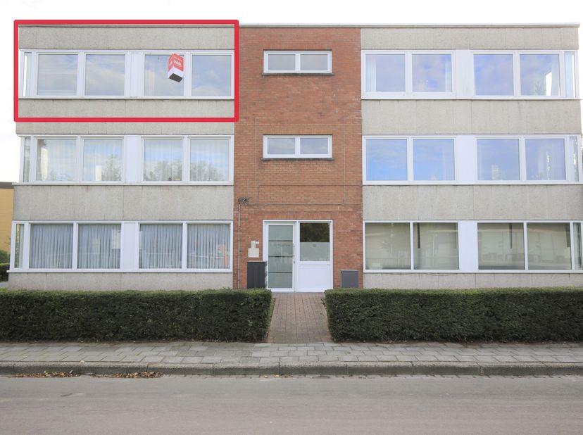 """In een appartementsgebouw, Residentie """"Ter Beke"""". Het appartement gelegen op de tweede verdieping bestaat uit een inkom, living, keuken geïnstalleerd"""