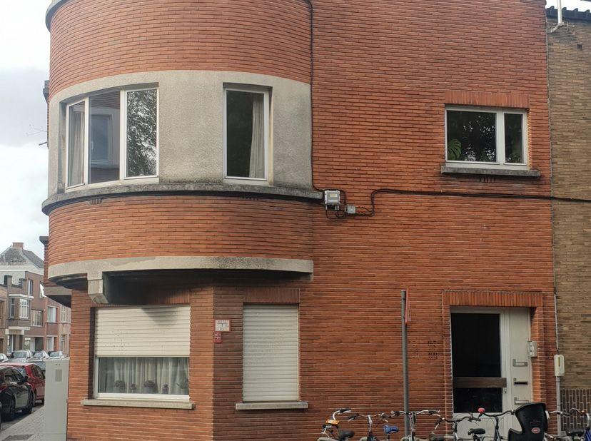 Zuidelijk gericht appartement op eerste verdieping met art deco-elementen (1930), 2 slaapkamers, ruime berging. veel lichtinval, dubbel glas. Overdekt
