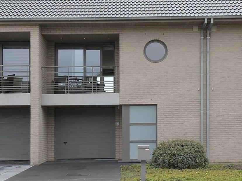 Moderne, ruime en lichtrijke woning op topligging. <br /> <br /> Deze woning werd opgeleverd in 2013 en bevindt zich in de Mariakerke-Nieuwe koers wij
