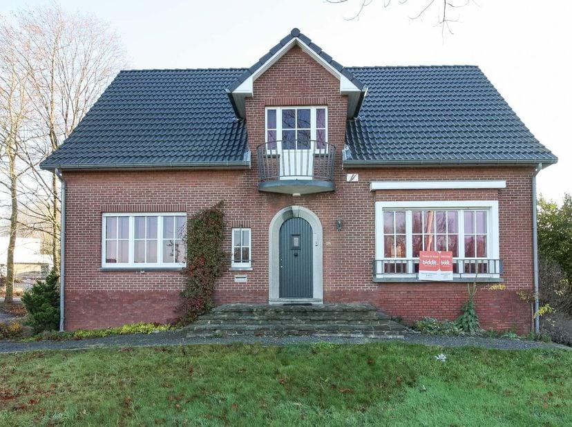 Gunstig en goed gelegen woning woning met 5 slaapkamers en garage gelegen aan de Luikersteenweg 376 (aan de ingang van de Mombeekdreef).  <br /> Het g