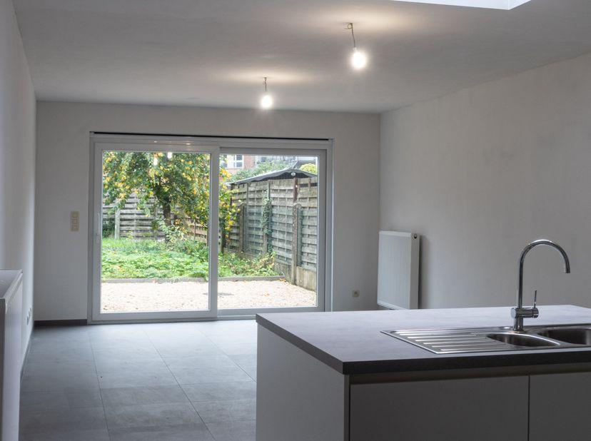 otaal gerenoveerd rijwoning omvattende ruime leefruimte met open keuken, aansluitend terras en tuin via schuifraam, 1e verdiep 2 ruime slaapkamers en