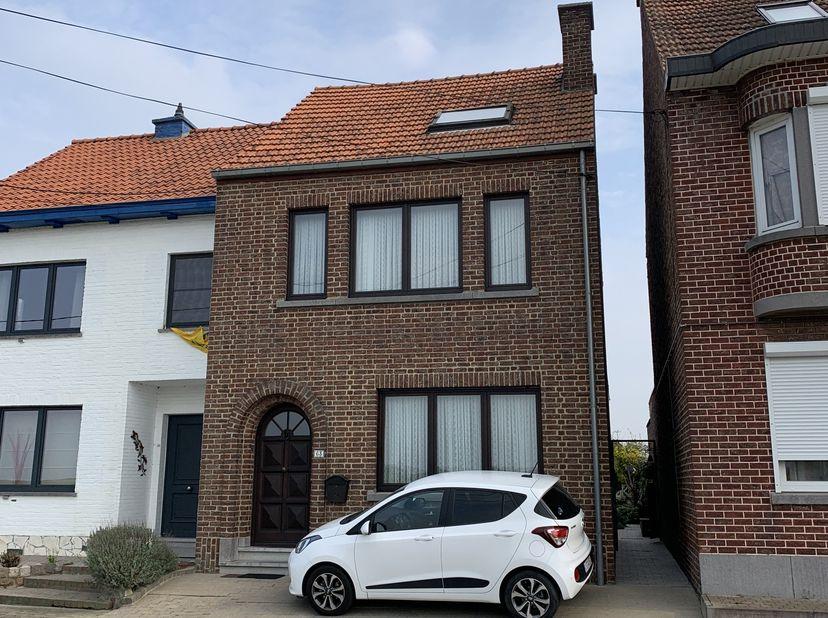 In het rustige, landelijke Hakendover , deelgemeente van Tienen, bevindt zich deze ruime , goed onderhouden gezinswoning.<br /> Hakendover is gelegen