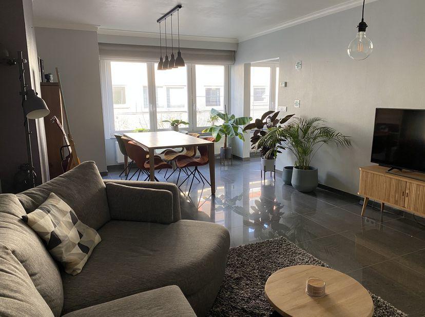 Rustig gelegen, recentelijk gerenoveerd appartement op de eerste verdieping. Het appartement heeft een oppervlakte van 90m² en een terras van 19m², en