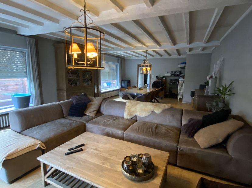 Zeer ruime te renoveren woning met 4 slaapkamers, grote tuin en 2 garages. voormalig handelspand. Centrale ligging te Veurnestraat Poperinge. De wonin