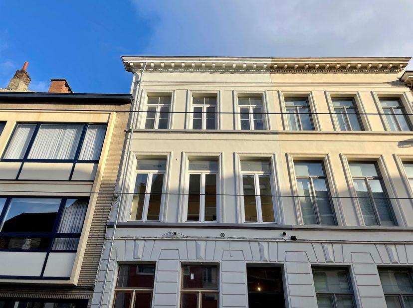 Dit ruime gerenoveerd appartement met grote stadstuin is gelegen in de binnenstad van Gent! Op 2 minuten wandelen van het historisch centrum.<br /> De