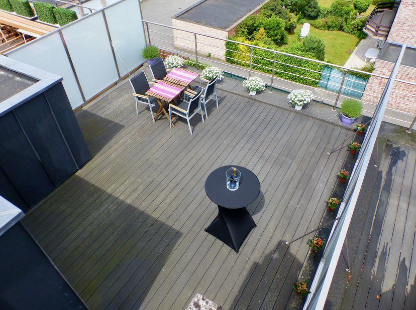 Duplex apt met veel lichtinval, voll airco,  3 zonneterrassen (1gr dakterras 40m), open leefruimte/kkn/eethoek, lift, grote kelder, garage optioneel t