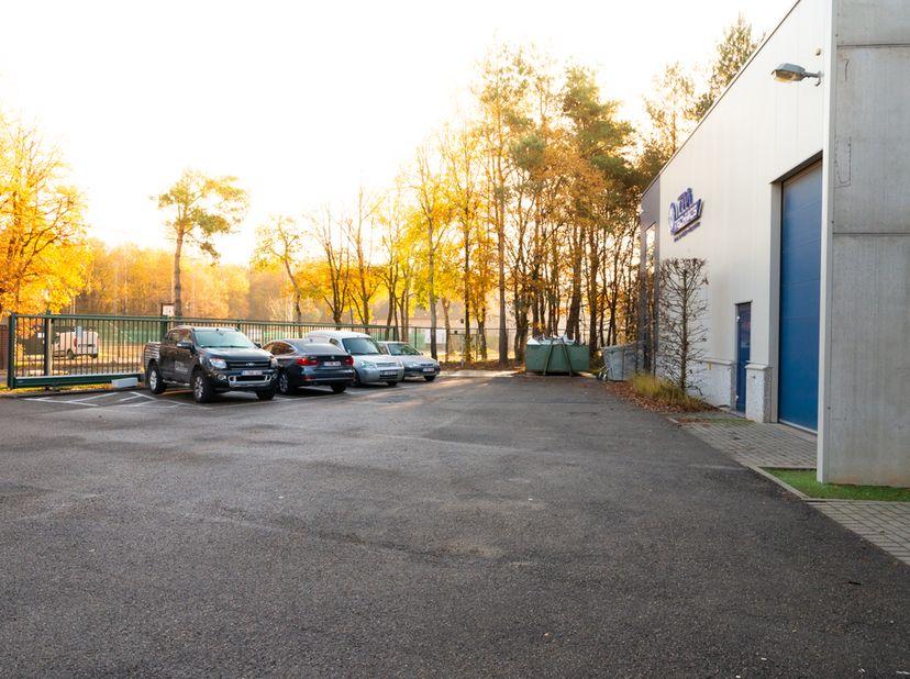 Bedrijfshal op het bedrijventerrein in Genk-Noord. <br /> <br /> Bedrijfshal: 23.5 x 20 meter, vrije hoogte 6 m, lichtstraat, elektrische sectionaalpo