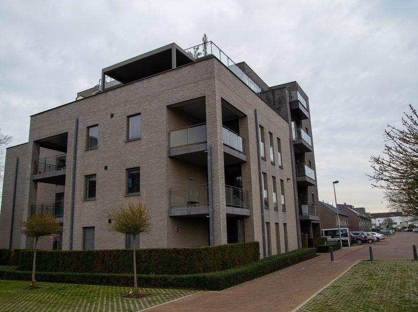 Onmiddellijk beschikbaar: appartement 105 m2 met twee slaapkamers en een autostaanplaats in de ondergrondse garage. Gelegen te Kermt, Hasselt. Autostr