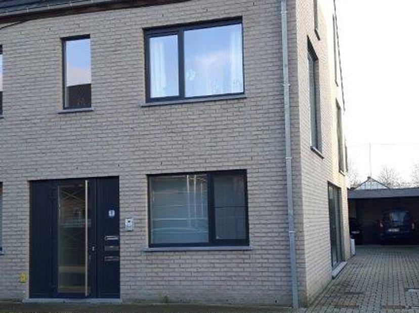 Nieuwbouwappartement (2015) met 2 slaapkamers. Appartement is gelegen op 1ste verdiep, gelegen nabij centrum Merelbeke en verbinding E40/E17. Indeling