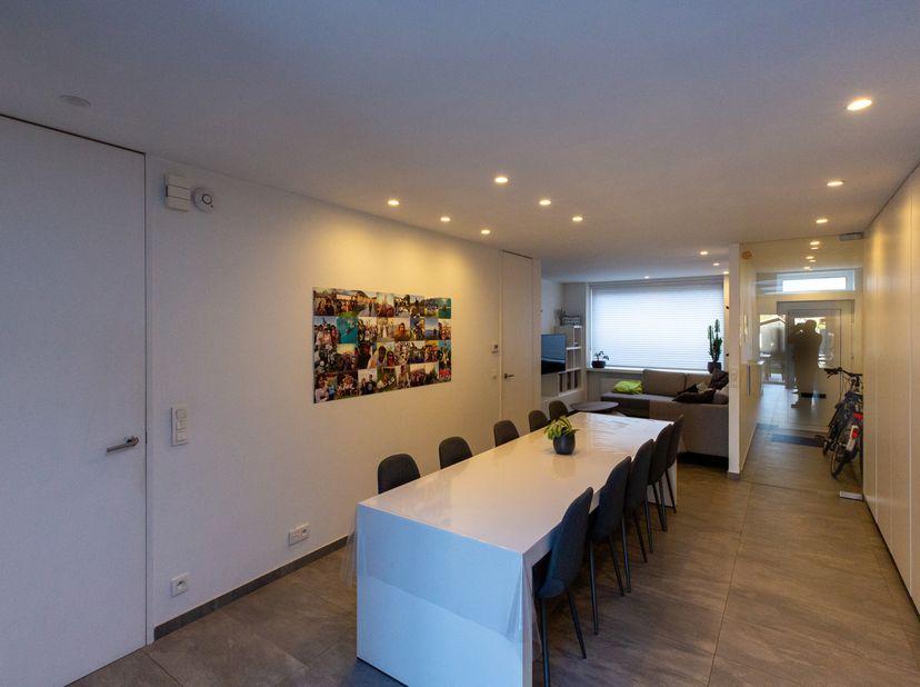Deze moderne rijwoning is volledig instapklaar. De leefruimte combineert een zithoek, eetruimte en uitgeruste keuken met veel opbergruimte en lichtinv