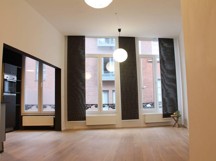 Dit appartement heeft ruime kamer, een ruime tussenkamer waar plaats is voor wasmachine, droogkast, bureau en/of eventueel een kinderbedje. De grote r